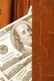 100 долларов счета в кожаном бумажнике, конца вверх Финансы Стоковое Изображение