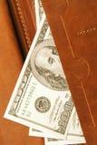 100 долларов счета в кожаном бумажнике, конца вверх Финансы Стоковое Фото