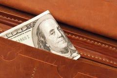 100 долларов счета в кожаном бумажнике, конца вверх Финансы Стоковое фото RF
