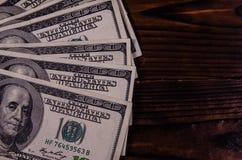 100 долларов счетов на деревянном столе Взгляд сверху Стоковые Изображения RF