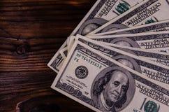 100 долларов счетов на деревянном столе Взгляд сверху Стоковое фото RF