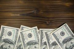 100 долларов счетов на деревянном столе Стоковые Изображения