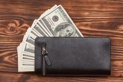 100 долларов США банкнот в черном кожаном бумажнике Стоковая Фотография RF