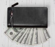 100 долларов США банкнот в черном кожаном бумажнике Стоковое Изображение
