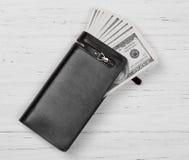 100 долларов США банкнот в черном кожаном бумажнике Стоковое Изображение RF
