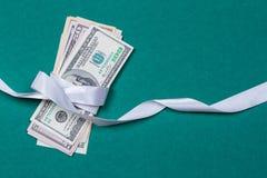 доллары в концепции подарка оборачивать подарка Стоковые Изображения RF