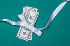 доллары в концепции подарка оборачивать подарка Стоковое Фото
