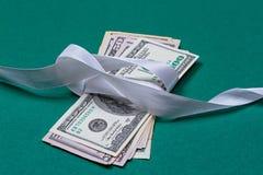 доллары в концепции подарка оборачивать подарка Стоковые Фотографии RF
