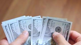 Доллары в руках закрывают вверх акции видеоматериалы
