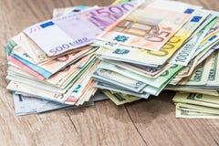 доллары и банкноты евро на столе Стоковые Изображения RF