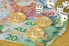 Доллары Новой Зеландии для bitcoin и кость для концепции игры/делового риска Стоковые Фотографии RF