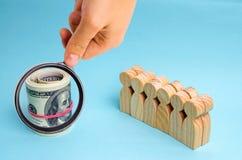 Доллары около команды Концепция инвестировать в проекте дела Обсуждение стратегии бизнеса и планирования финансовохозяйственно стоковое изображение rf