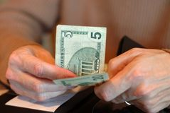 доллары счета 5 оплачивая 20 Стоковое Изображение