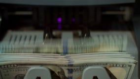 Доллары США банкнот на машине счетчика валюты Вычисление бумажных денег акции видеоматериалы