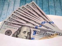 Доллары США в конверте на деревянном столе Стоковое фото RF
