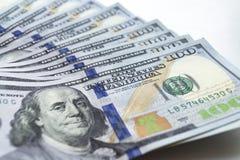 Доллары, фото крупного плана 100 банкнот доллара на белизне Стоковое фото RF