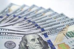 Доллары, фото крупного плана 100 банкнот доллара на белизне Стоковые Изображения