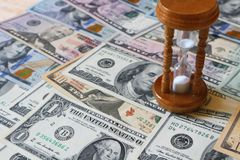 доллары hourglass Концепция - Стоковая Фотография