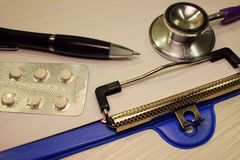 Доллар стетоскопа, расходование на здоровье или финансовая помощь, высокая цена дорогой концепции лекарства стоковое изображение rf