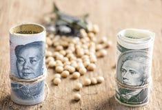 Доллар США против банкноты юаней фарфора на backgro деревянного стола Стоковое Изображение RF
