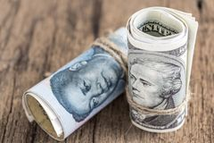 Доллар США против банкноты юаней фарфора на backgro деревянного стола Стоковое фото RF
