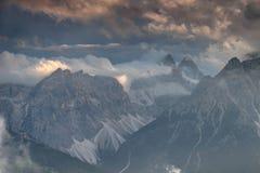 Доломиты Sexten в облаках загоренных заходящим солнцем в Италии Стоковая Фотография RF