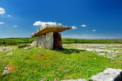 Дольмен Poulnabrone, портальная усыпальница, популярная туристическая достопримечательность расположенная в Burren, графство Клар Стоковое фото RF