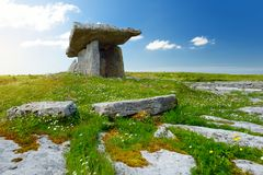 Дольмен Poulnabrone, портальная усыпальница, популярная туристическая достопримечательность расположенная в Burren, графство Клар Стоковые Изображения