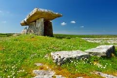 Дольмен Poulnabrone, портальная усыпальница, популярная туристическая достопримечательность расположенная в Burren, графство Клар Стоковое Изображение