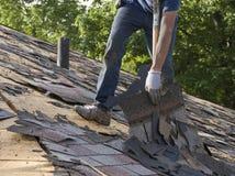 домашнее обслуживание с разрыва гонт крыши ремонта Стоковые Фото