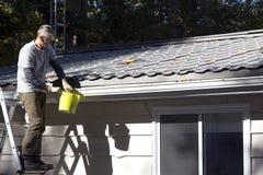 Домашнее обслуживание - чистка eavestrough Стоковые Фотографии RF