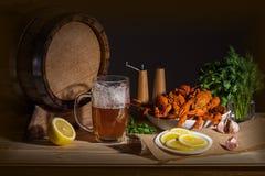 Домашнее оформление, натюрморт пива в темных цветах стоковые изображения rf