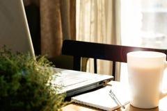 Домашнее рабочее место с компьтер-книжкой стоковое фото