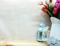 Домашнее украшение с букетом фонариков и цветков свечи Стоковая Фотография RF