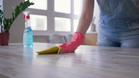 Домашнее хозяйство, девушка в перчатках с бутылкой тензида и ткань в е видеоматериал