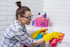 Домашнее хозяйство и отечественный образ жизни Ванна чистки женщины с тканью Стоковые Фотографии RF