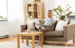 домашнее чтение газеты человека стоковое изображение rf