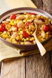 Домашнее succotash фасолей, томатов, перцев и бекона близких вверх внутри Стоковые Изображения