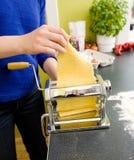 домашние делая макаронные изделия Стоковые Фото