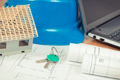 Домашние ключи, небольшой дом, электрические диаграммы с компьтер-книжкой для работ инженера, строя домашней концепцией Стоковые Фотографии RF