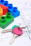 Домашние ключи и строительные блоки на чертеже конструкции дома Стоковое Фото