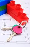 Домашние ключи и строительные блоки на чертеже дома Стоковая Фотография