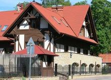 домашние роскошные красные плитки крыши белые Стоковые Фото