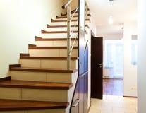 домашние самомоднейшие лестницы стоковые фото