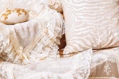 Домашние ткани Различные подушки и покрывала стоковые фотографии rf