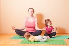 Домашние тренировки йоги Стоковая Фотография RF