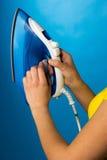 Домашние хозяйства, проверяя температуру на утюге Стоковая Фотография