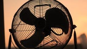 Домашний вентилятор поворачивает время от времени сток-видео