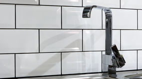 Домашний внутренний водопроводный кран кухни Стоковое фото RF