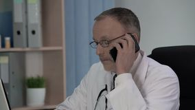 Домашний врач вызывая лабораторию для того чтобы спросить ли результаты теста готовы сток-видео